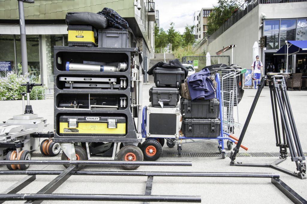 Le matériel, dont une partie vient d'Inde, l'autre a été loué en France, à installer, déplacer, ranger à chaque changement de décor.