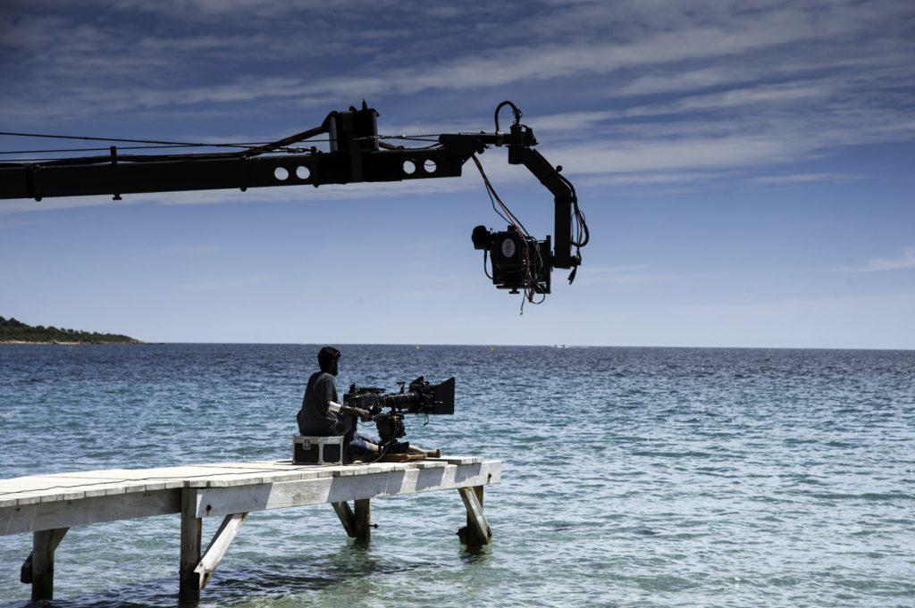 Caméra et Jimmy Jeep avec un technicien sur un ponton en Corse.