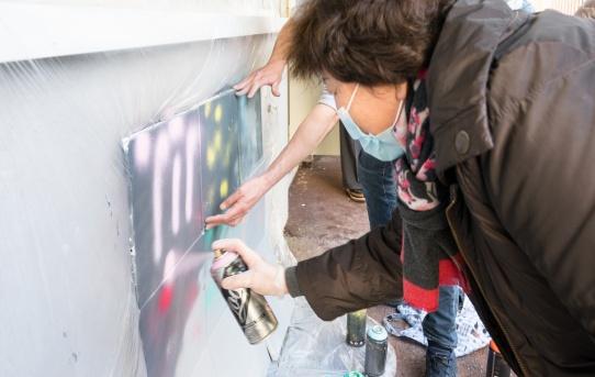 Atelier street art brodé - graffiti animé avec les séniors au centre social et culturel 13 pour tous